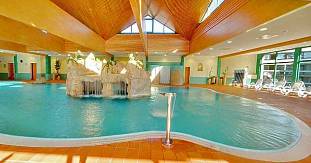 Hotelhallenbad Schwimmbad Innenpool Pool Urlaub über Ostern in Unterfranken. Familien-Oster-Arrangement in Bad Kissingen an Fränkischer Saale und Rhön in Franken.